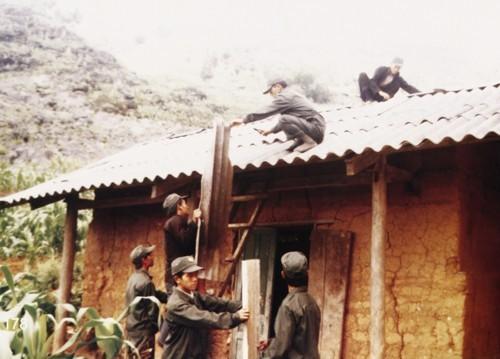 """Warga etnis minoritas Ngai membangun rumah """"trinh tuong"""" dengan tanah liat yang dicampur jerami - ảnh 1"""