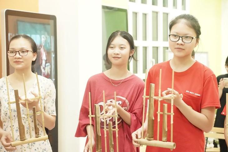 Memperkenalkan instrumen musik tradisional Indonesia, Angklung  kepada warga Vietnam - ảnh 1