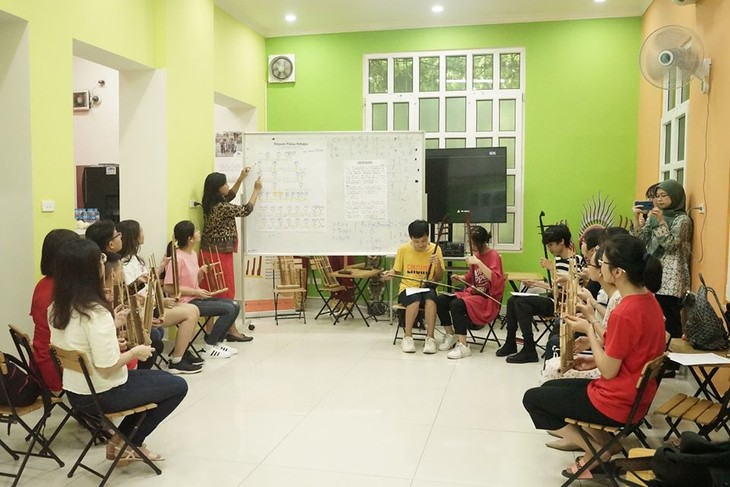 Memperkenalkan instrumen musik tradisional Indonesia, Angklung  kepada warga Vietnam - ảnh 2