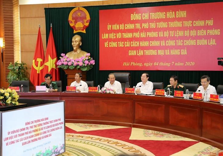 Deputi PM Truong Hoa Binh memeriksa pekerjaan reformasi administrasi dan anti penyelundupan dan kecurangan perdagangan di Kota Hai Phong - ảnh 1