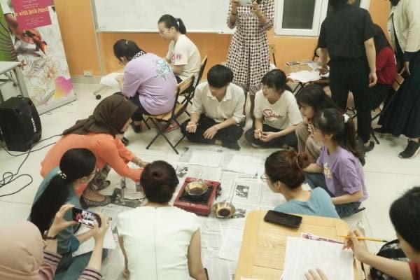 Warga Vietnam dengan senang ikut serta dalam teknik membatik - ảnh 1