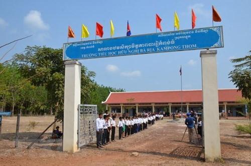 "SD Persahabatan Ba Ria KampongThom – ""titik cerah"" yang sangat humanis di tengah hutan karet di Kamboja - ảnh 1"