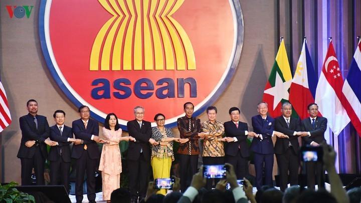Vietnam - 25 tahun masuk ASEAN dan meningkatkan posisinya bersama dengan ASEAN - ảnh 1