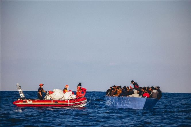 Menyelamatkan ratusan migran di lepas pantai Libya - ảnh 1