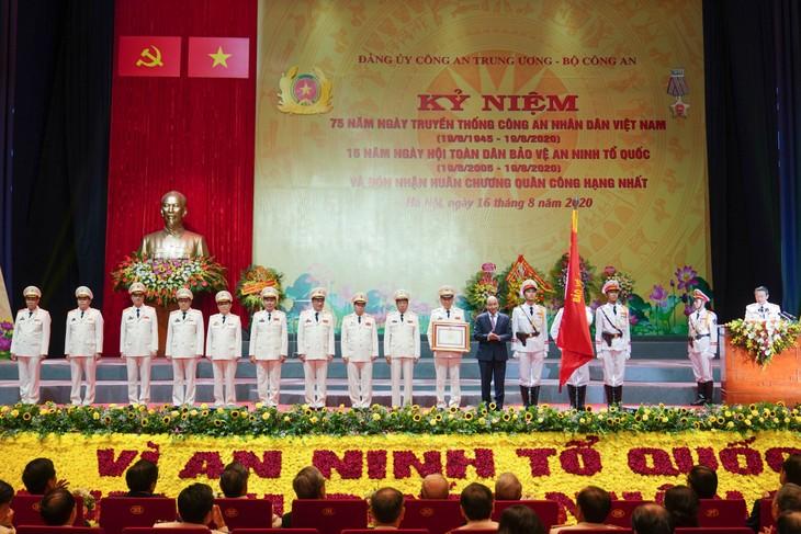 PM Nguyen Xuan Phuc menghadiri peringatan ultah ke-75 Hari Tradisi Keamanan Publik Rakyat Vietnam - ảnh 1