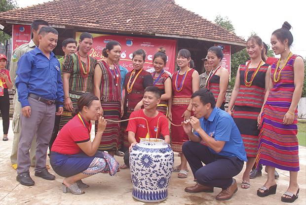 Upacara pantangan desa dari warga etnis minoritas Brau di Provinsi Kon Tum - ảnh 1