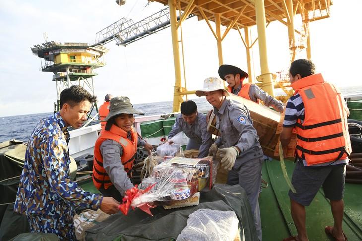 Tet gifts delivered to soldiers on DK1 platform  - ảnh 1