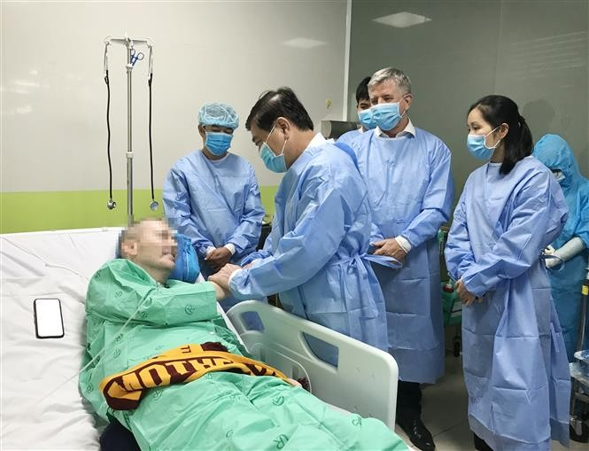 Ho Chi Minh City leader visits British COVID-19 patient in hospital  - ảnh 1
