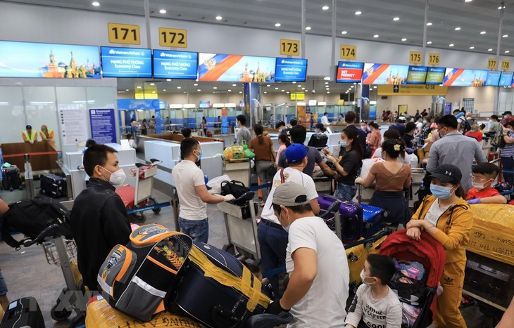 300 Vietnamese citizens return home from Russia  - ảnh 1