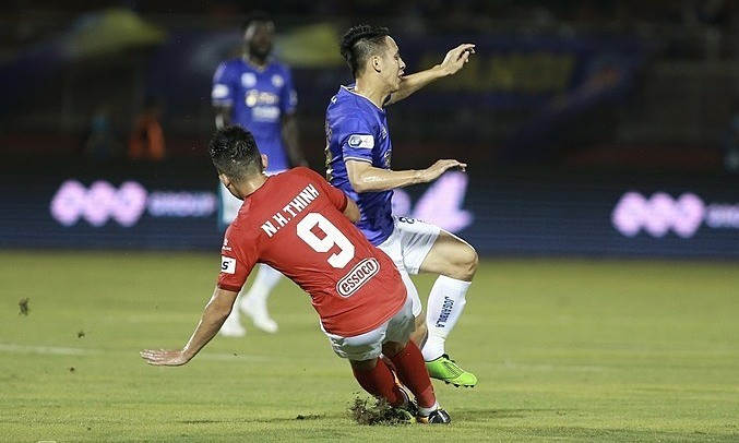Vietnam midfield star Dung fractures shin in club match, out for a year at least - ảnh 1
