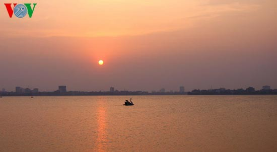 Закат солнца над Западным озером - ảnh 1