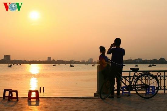 Закат солнца над Западным озером - ảnh 9