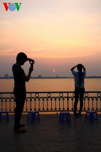 Закат солнца над Западным озером - ảnh 10