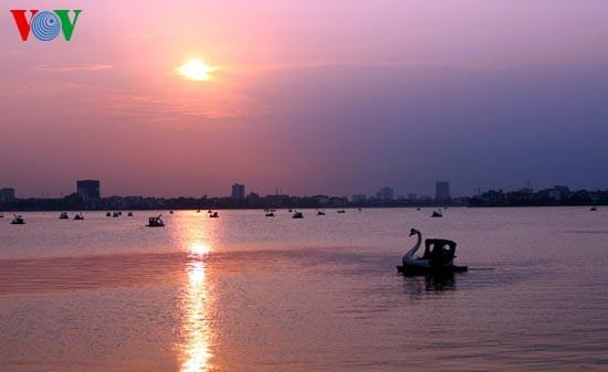 Закат солнца над Западным озером - ảnh 12