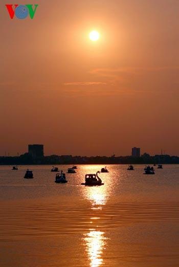 Закат солнца над Западным озером - ảnh 13
