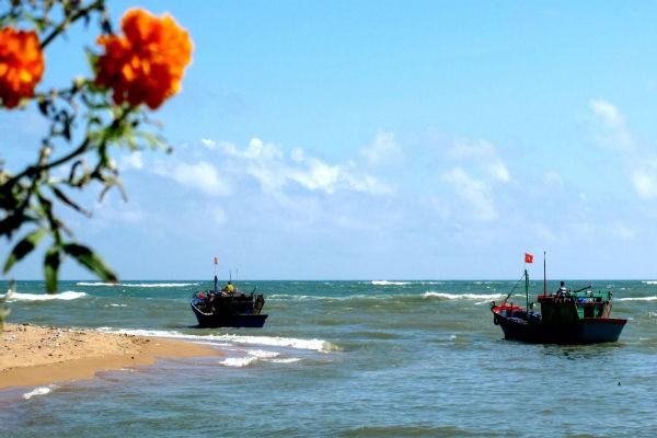 Десятки рыболовных судов в провинции Кханьхоа отправились в море - ảnh 2