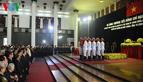 Вo Вьетнаме состоялись церемонии прощания с генералом армии Во Нгуен Зяпом - ảnh 16