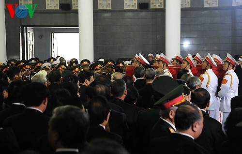 Вo Вьетнаме состоялись церемонии прощания с генералом армии Во Нгуен Зяпом - ảnh 17