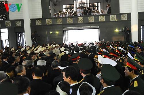 Вo Вьетнаме состоялись церемонии прощания с генералом армии Во Нгуен Зяпом - ảnh 18