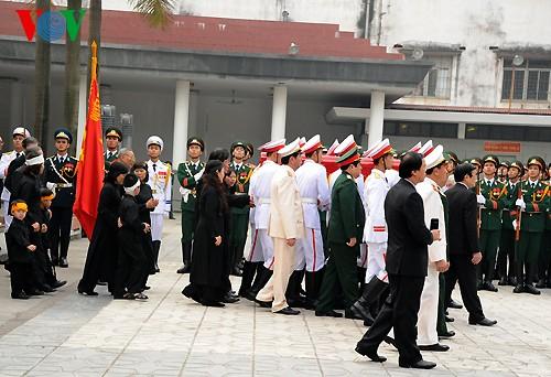 Вo Вьетнаме состоялись церемонии прощания с генералом армии Во Нгуен Зяпом - ảnh 19