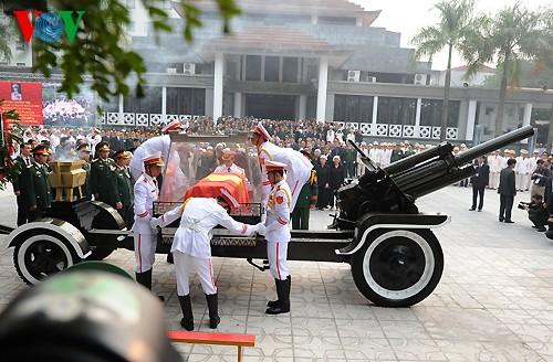 Вo Вьетнаме состоялись церемонии прощания с генералом армии Во Нгуен Зяпом - ảnh 20