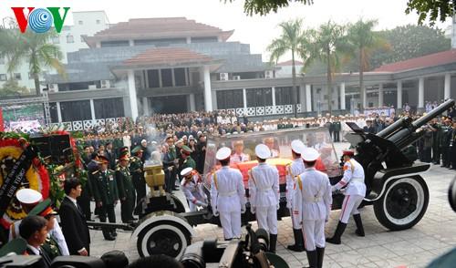 Вo Вьетнаме состоялись церемонии прощания с генералом армии Во Нгуен Зяпом - ảnh 21