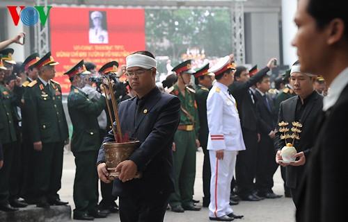 Вo Вьетнаме состоялись церемонии прощания с генералом армии Во Нгуен Зяпом - ảnh 23