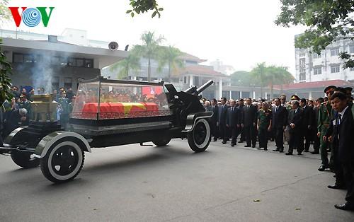Вo Вьетнаме состоялись церемонии прощания с генералом армии Во Нгуен Зяпом - ảnh 24