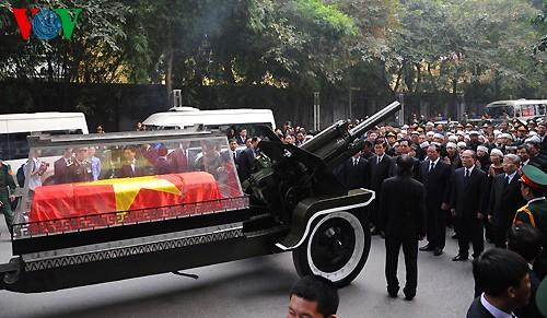 Вo Вьетнаме состоялись церемонии прощания с генералом армии Во Нгуен Зяпом - ảnh 25