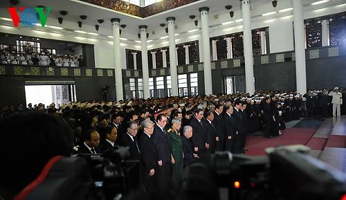 Вo Вьетнаме состоялись церемонии прощания с генералом армии Во Нгуен Зяпом - ảnh 6