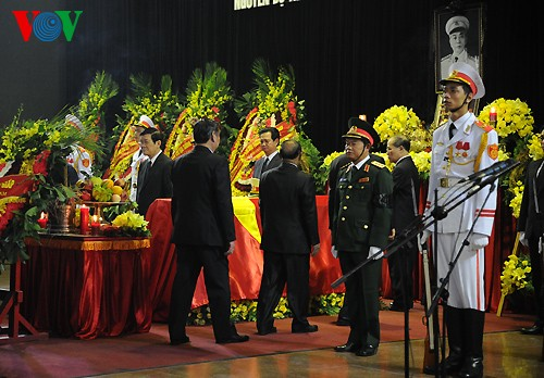 Вo Вьетнаме состоялись церемонии прощания с генералом армии Во Нгуен Зяпом - ảnh 8