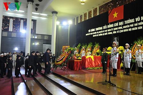 Вo Вьетнаме состоялись церемонии прощания с генералом армии Во Нгуен Зяпом - ảnh 9