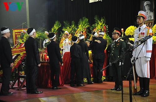 Вo Вьетнаме состоялись церемонии прощания с генералом армии Во Нгуен Зяпом - ảnh 10