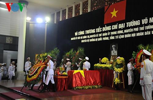 Вo Вьетнаме состоялись церемонии прощания с генералом армии Во Нгуен Зяпом - ảnh 11