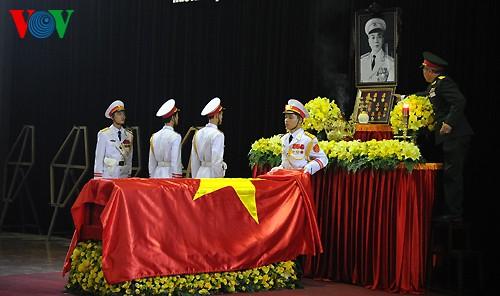 Вo Вьетнаме состоялись церемонии прощания с генералом армии Во Нгуен Зяпом - ảnh 12