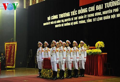 Вo Вьетнаме состоялись церемонии прощания с генералом армии Во Нгуен Зяпом - ảnh 14