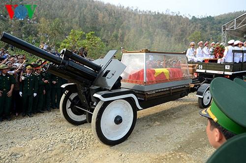 Вo Вьетнаме состоялись церемонии прощания с генералом армии Во Нгуен Зяпом - ảnh 28