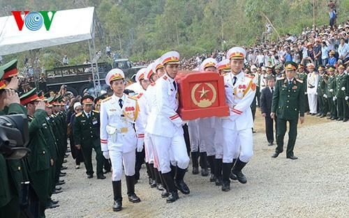 Вo Вьетнаме состоялись церемонии прощания с генералом армии Во Нгуен Зяпом - ảnh 30