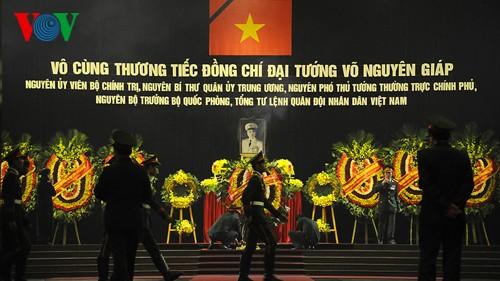 Вo Вьетнаме состоялись церемонии прощания с генералом армии Во Нгуен Зяпом - ảnh 1