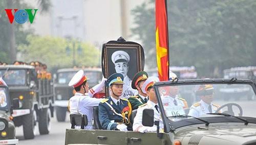 Вo Вьетнаме состоялись церемонии прощания с генералом армии Во Нгуен Зяпом - ảnh 4