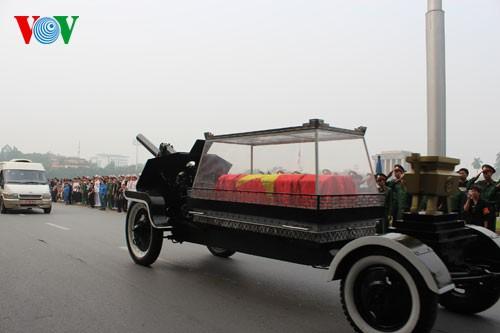 Вo Вьетнаме состоялись церемонии прощания с генералом армии Во Нгуен Зяпом - ảnh 5