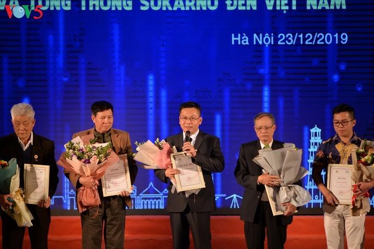 Награждены победители викторин об отношениях между Вьетнамом и Индонезией - ảnh 11