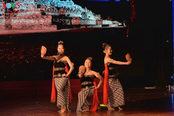 Награждены победители викторин об отношениях между Вьетнамом и Индонезией - ảnh 14