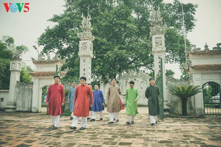 """Мужчины во вьетнамском традиционном платье """"аозай"""" - усиление праздничной атмосферы - ảnh 11"""