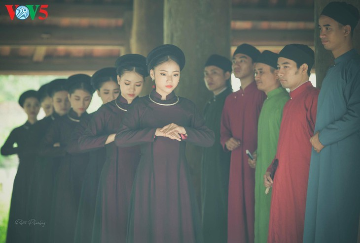 """Мужчины во вьетнамском традиционном платье """"аозай"""" - усиление праздничной атмосферы - ảnh 1"""