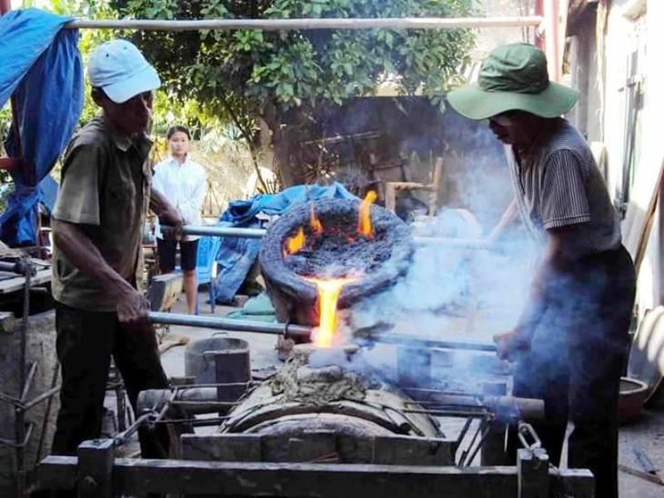 Деревня Чадонг в провинции Тханьхоа знаменита традиционным ремеслом бронзового литья - ảnh 2