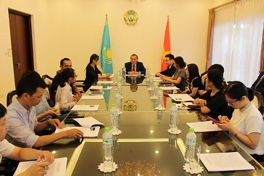 Посол Казахстана провёл встречу с представителями вьетнамских СМИ - ảnh 1