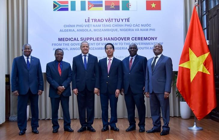 Вьетнам символически передал африканским странам медицинские принадлежности для борьбы с коронавирусом - ảnh 1