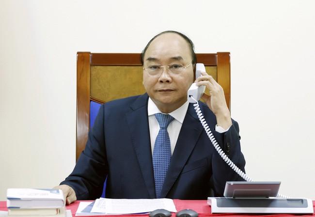 Премьер-министр Нгуен Суан Фук провёл телефонный разговор с японским коллегой Абэ Синдзо  - ảnh 1
