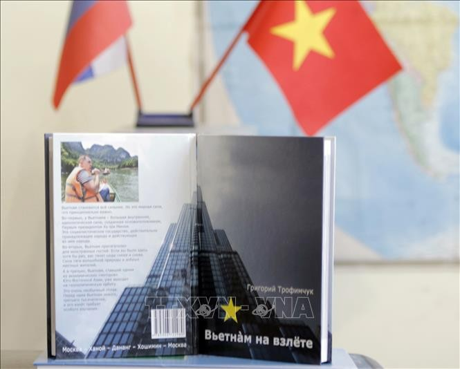 """""""Вьетнам на взлёте"""" - книга о вьетнамо-российской дружбе - ảnh 1"""